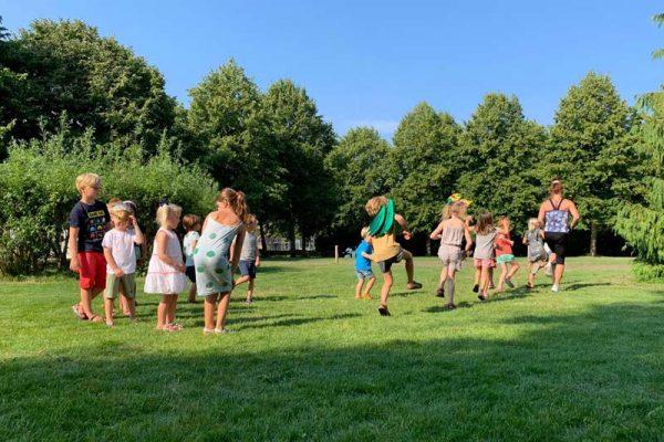 Buiten dansen en yoga met kinderen